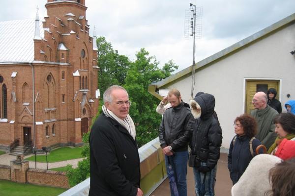 Ekskursijos vadovas po Kernavę – V. L. Lapinskas.