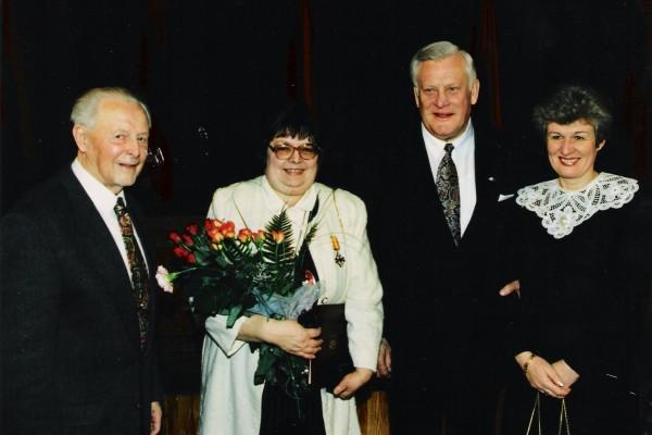 A.Vlčkovos apdovanojimo Lietuvos Didžiojo Kunigaikščio Gedimino ordino Riterio kryžiumi ceremonija. Iš kairės: A. Končius, A. Vlčkova, Prezidentas A. Brazauskas, Čekijos Respublikos ambasadorė J. Jeslinkova, 1996 m.
