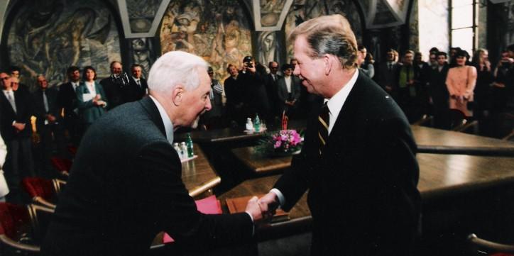 Draugijos veteranas dr. A. Končius ir Čekijos Respublikos Prezidentas V. Havelas jo oficialaus vizito metu Lietuvoje, 1996 m.