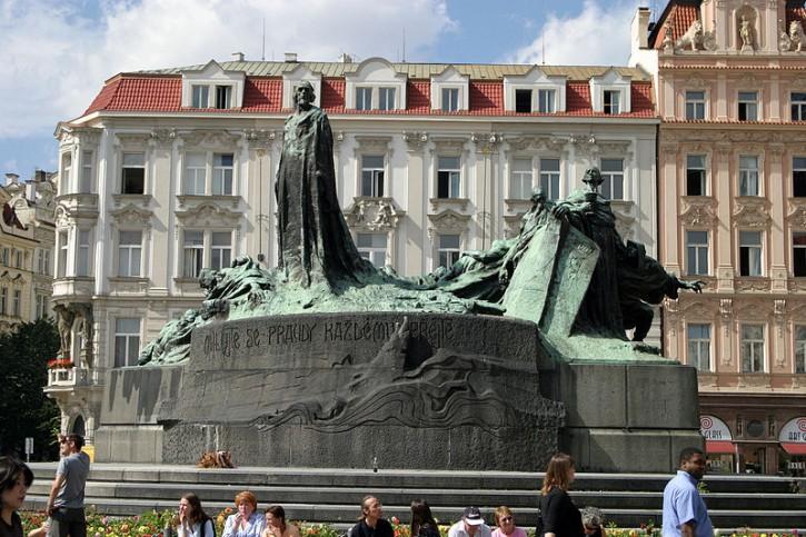 800px-Prague_hus_statue