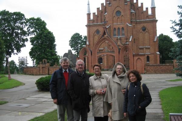 Draugijos nariai  (iš kairės) A. Revuta, V. Triponis,   A. Kiselienė, I. Juškevičiūtė ir D. Triponienė R. Lymano festivalyje Rokiškyje, 1996 m.