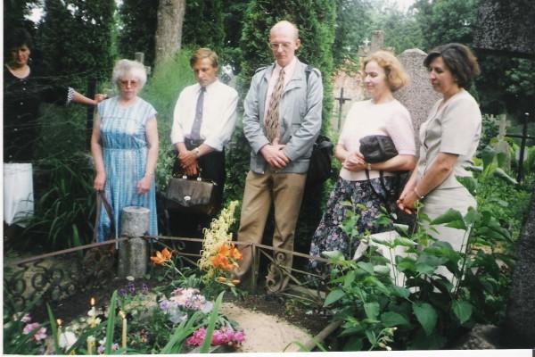Prie čekų vargonininko R. Lymano kapo Rokiškyje. Centre – G. Kviklys.