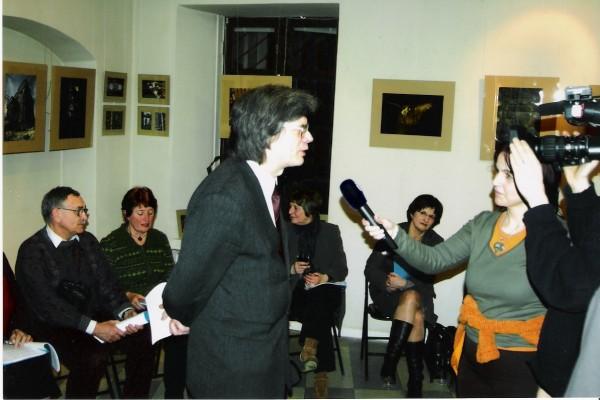 Su žurnalistais kalbasi draugijos narys E. Butkus.